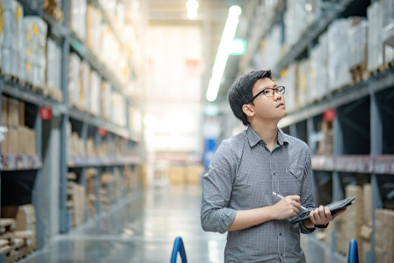 Raw material warehouse manager using inventory tracking software